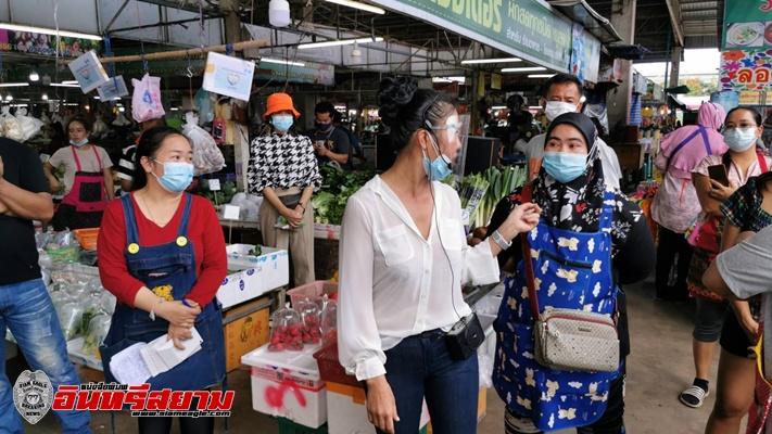 ชลบุรี-พ่อค้าแม่ค้ากว่า 40 คน รวมตัวเรียกร้อง ลดค่าเช่า ค่าไฟฟ้า และเพิ่มมาตรการป้องกันโควิด-19