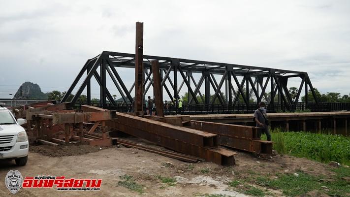สะพานเหล็กรถไฟทางคู่หล่นทับคนงานเสียชีวิต ขณะประกอบสะพาน ที่ อ.ชะอำ
