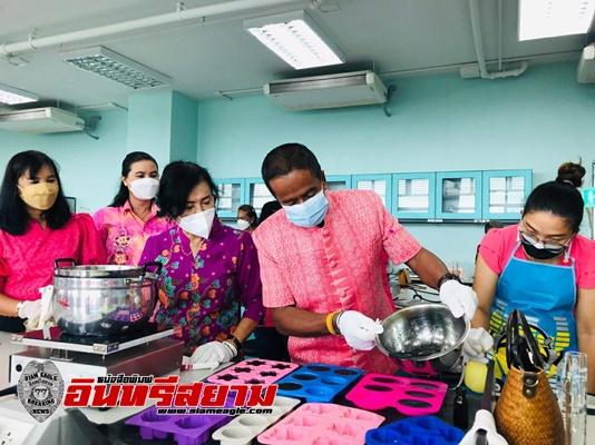 สุราษฎร์ธานี-พช.สุราษฎร์ธานีผนึกกำลังองค์กรสตรี จัดกิจกรรมสาธิตการทำ เจล/สบู่แอลกอฮอล์