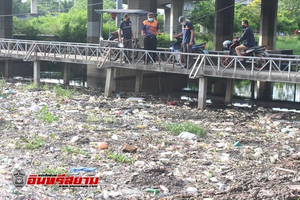 ปทุมธานี-นายกทม.ท่าโขลงร่วมชาวบ้านเก็บขยะในคลองปรับภูมิทัศน์ให้ชุมชนน่าอยู่