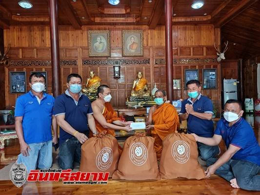 สุพรรณบุรี-มูลนิธิเพื่อนพึ่ง (ภา) ยามยาก สภากาชาดไทยมอบถุงยังชีพพระสงฆ์